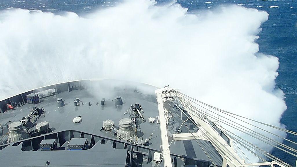 暴風圏に突入し、大きな波をかぶる砕氷船「しらせ」