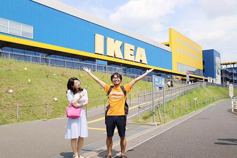 IKEA新三郷の前に立つ鶴あいかと地主恵亮