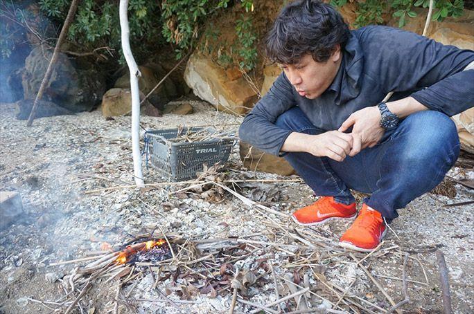 文明の利器「ライター」を使い火をおこすヨッピー