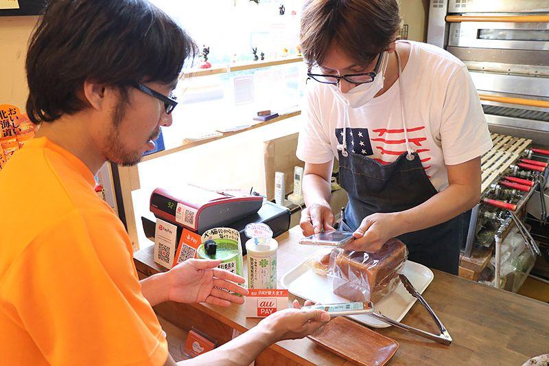 北松戸にあるボナペティートでau PAYを使ってパンを購入する地主恵亮