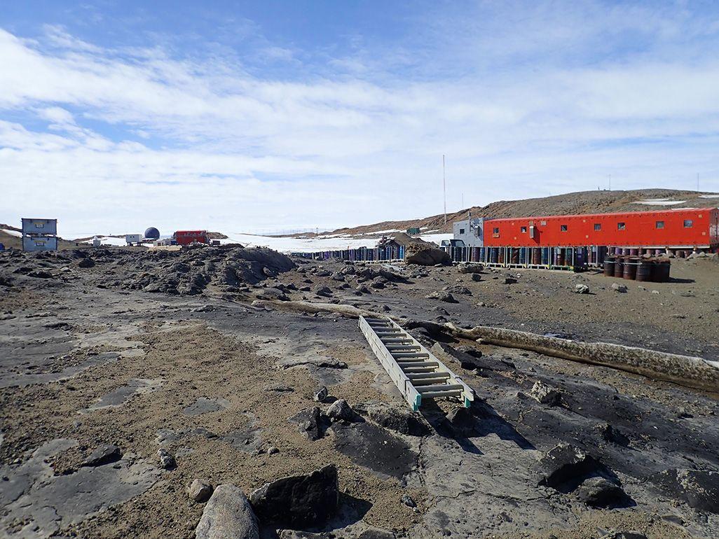 夏の日差しで雪氷が溶け、土壌が露出している、12月の昭和基地