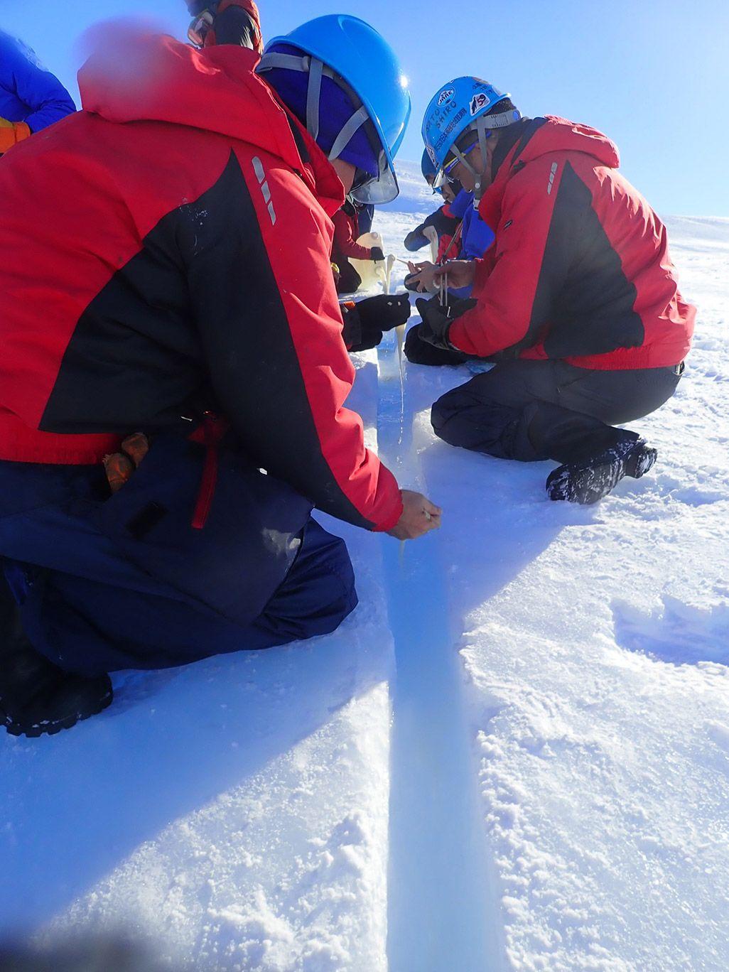 南極昭和基地で流しそうめんを楽しむ隊員たち