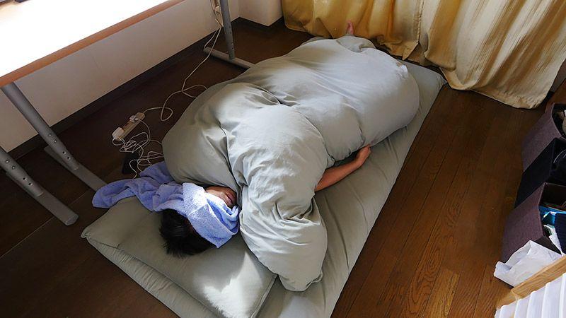 自室の布団で寝ている地主の様子