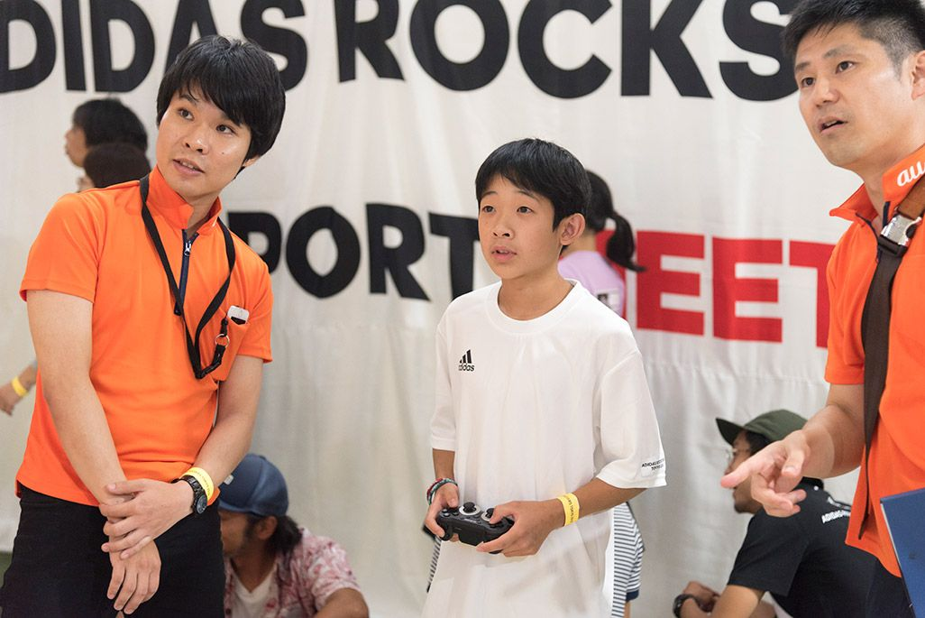 「ADIDAS ROCKSTARS TOKYO 2018」会場で自由視点映像を体験する小学生