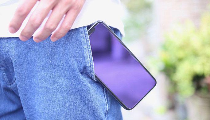 ポケットから落ちそうなiPhone X