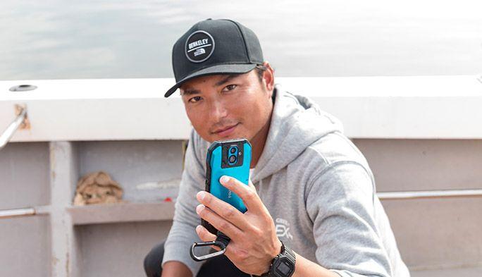 沢村賞投手の攝津正が登板! au『TORQUE G04』は過酷な海釣りに耐えられるのかを検証