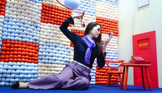フォトジェニックの祭典に潜入! INFOBAR配色の部屋でインスタ映えを極める
