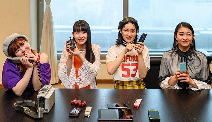 古い携帯電話を手に未来に想いを馳せるアンジュルム・和田彩花、佐々木莉佳子、笠原桃奈、竹内
