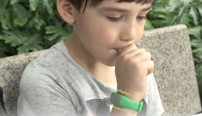 子どもの「爪噛み」「指しゃぶり」を矯正 癖に反応するウェアラブルデバイス