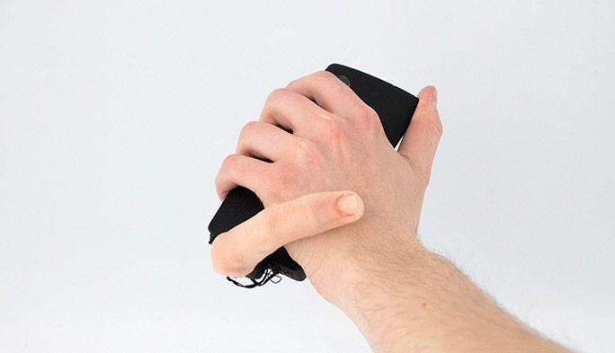 スマホから生えた指が着信をお知らせ キモ面白い多機能ロボット指『MobiLimb』に圧倒