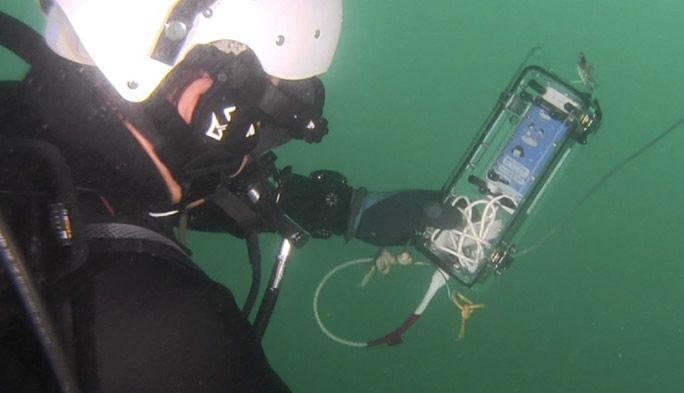 海中のダイバーがLINEを使えた! 鍵を握るのは『青色LED光通信』