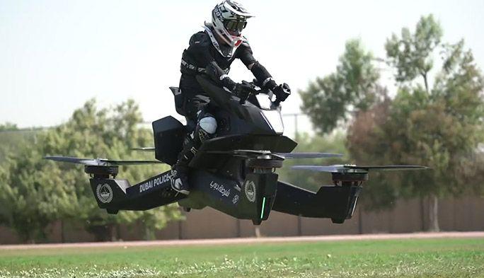 """ドバイ警察が""""空飛ぶバイク""""を導入! 「Hoverbike」が時速96kmで犯人を追い詰める"""