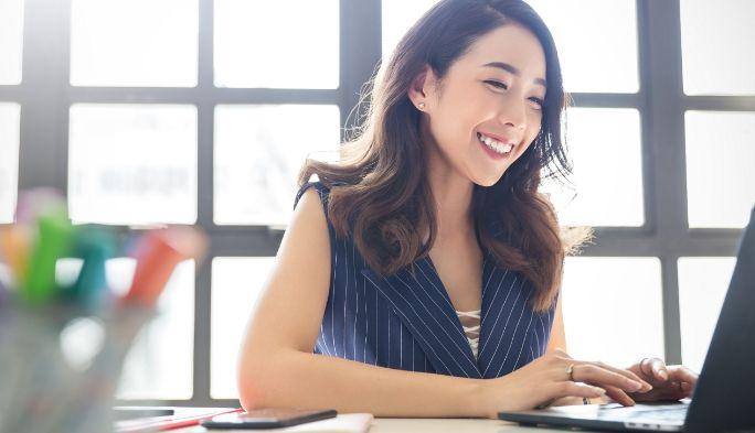 オンライン会議をしている女性