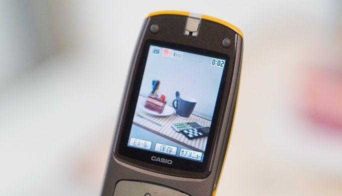au初のカメラ付きケータイの画素数は?携帯カメラ進化の歴史を実機で検証