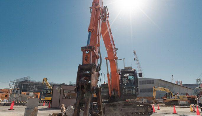 遠隔操作の無人建機で災害復旧! 建設業界の課題を解決する「au 5G通信」の実力