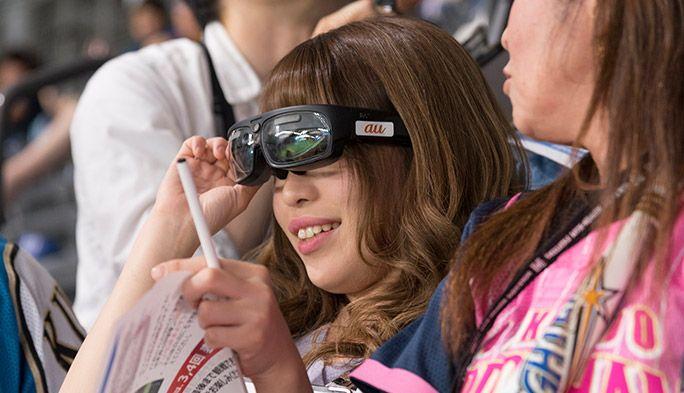 ARスマートグラスを装着し、試合を観戦する女性