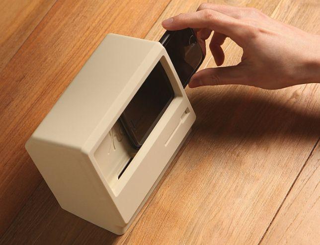 気分はオールドMac? iPhone用充電スタンド「M4 STAND」
